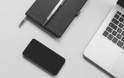 СЕО копирайтинг. CC0 License_https://www.pexels.com/photo/iphone-notebook-pen-working-34586/